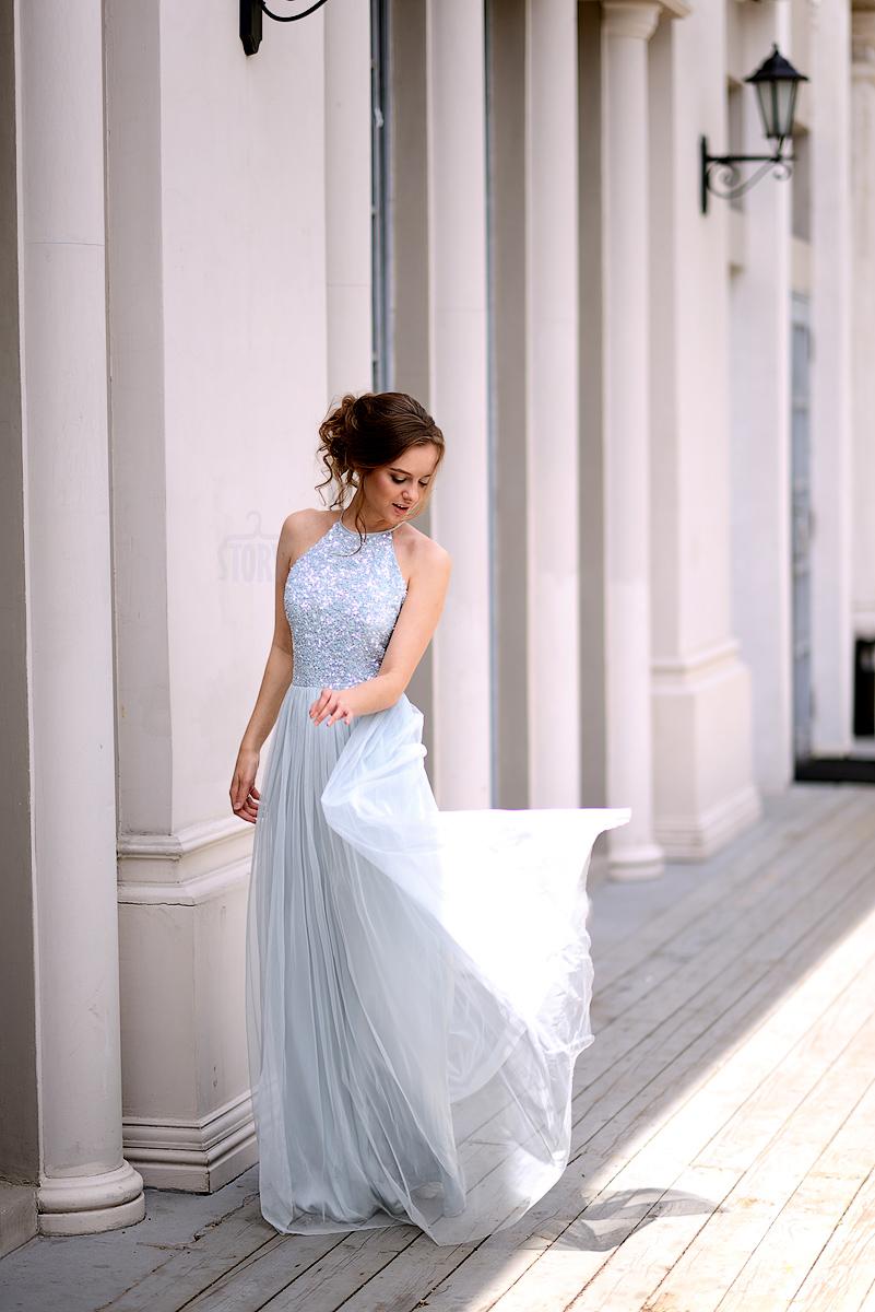 Светлое платье с длинной шифоновой юбкой