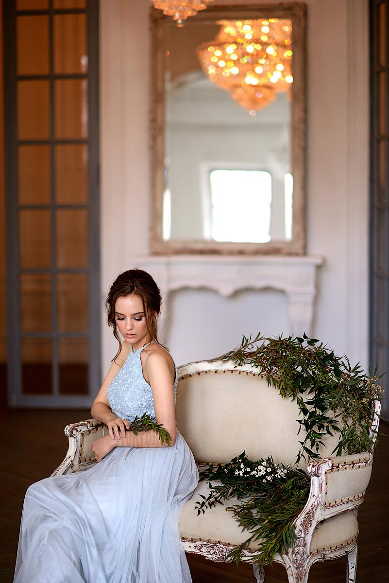 Легкое вечернее платье в серых тонах