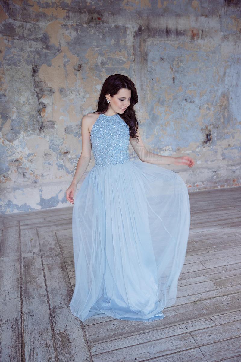 Платье небесного цвета с воздушной юбкой