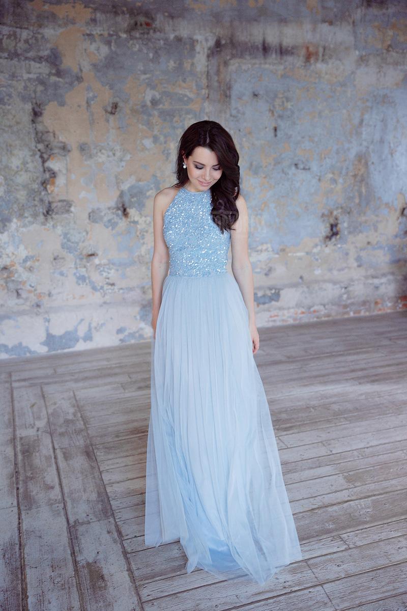 Простое и элегантное платье с женственным силуэтом