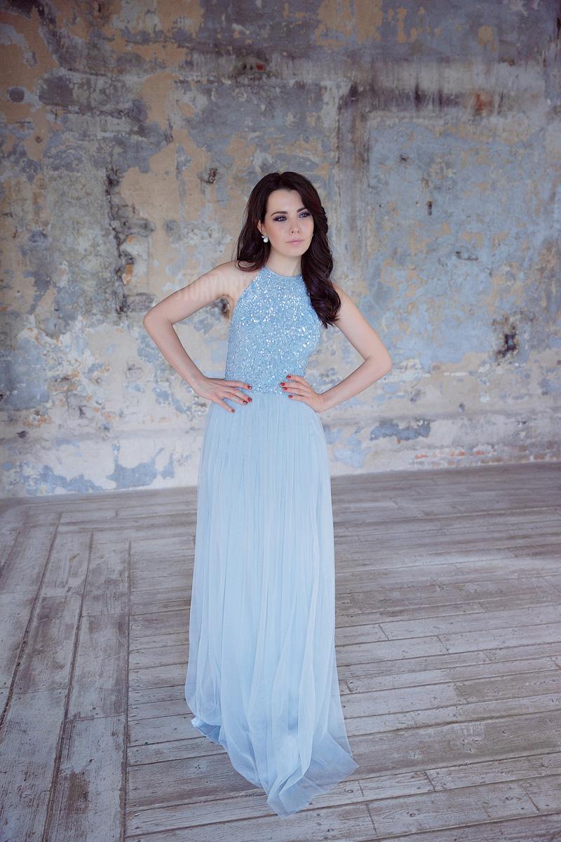 Небесно-голубое вечернее платье