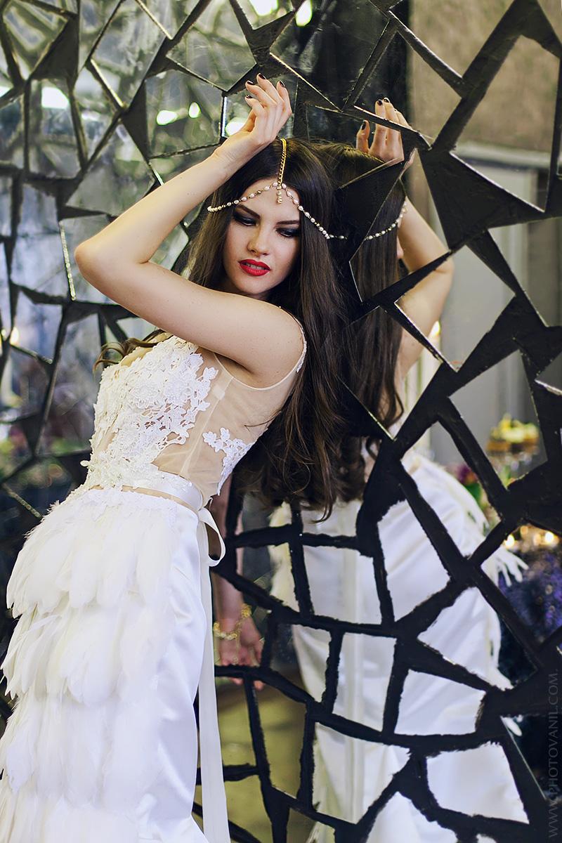 Необычное платье с перьями для фотосессии