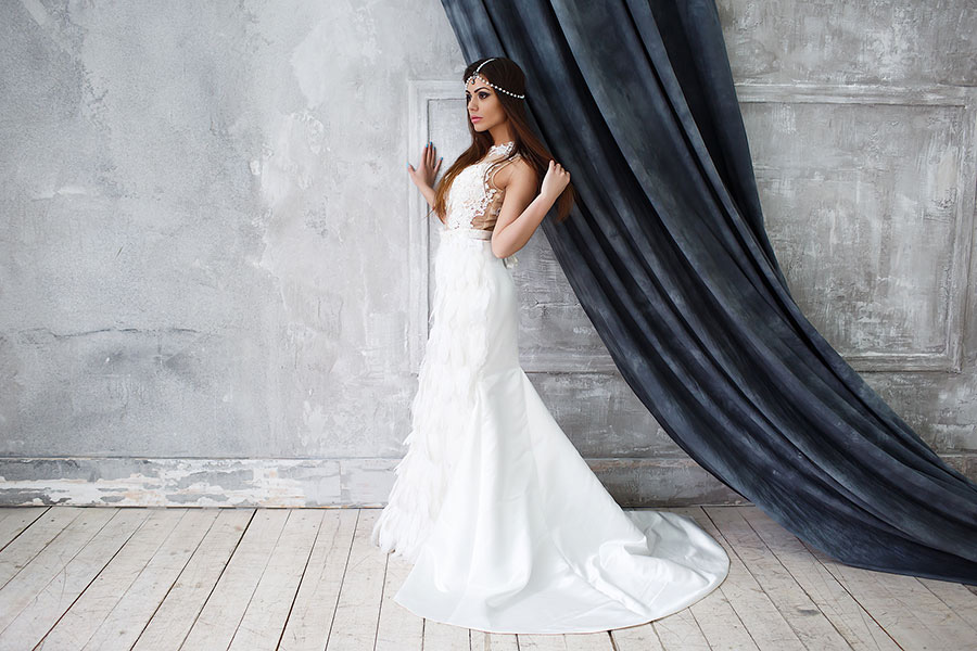 Белоснежное платье с перьями для фотосессии