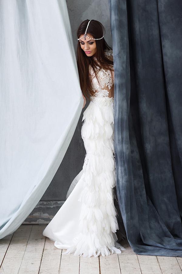 Фотосессия в свадебном платье с перьями