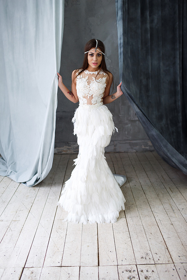 Платье с перьями для студийной фотосессии