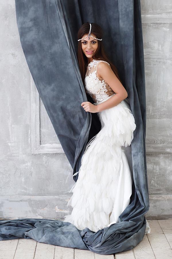 Интригующая фотосессия в платье с перьями