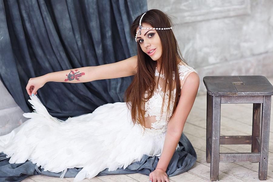 Фотосессия в белом платье с перьями