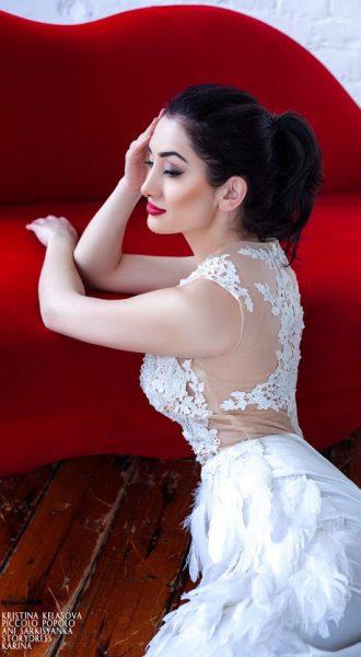 Белое платье с перьями и небольшим шлейфом