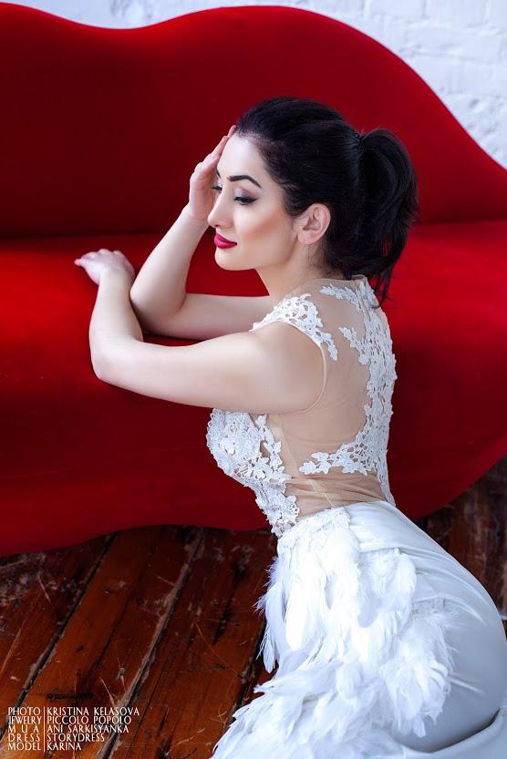 Белое платье с перьями в аренду