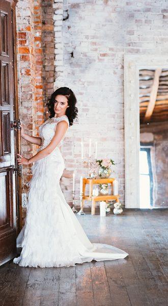 Вечернее платье с перьями снежно белого цвета