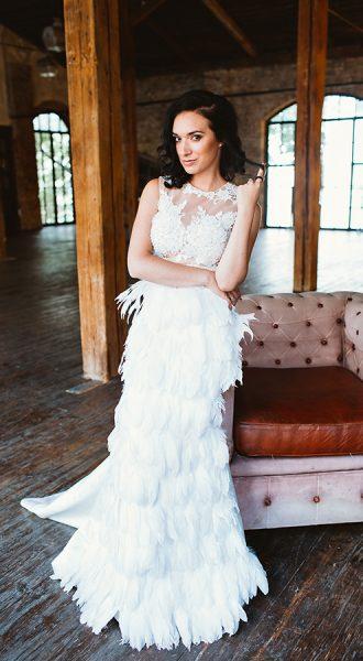 Белое платье с юбкой из перьев
