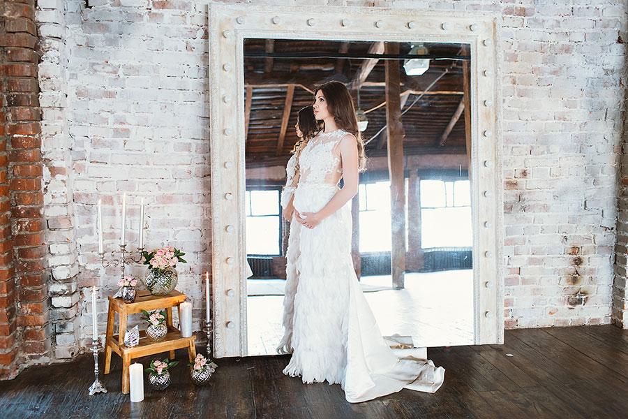 Платье с юбкой расшитой перьями