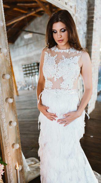 Фотосессия в кружевном платье с перьями