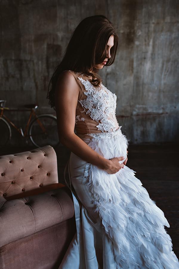 Фотосессия беременности в платье с перьями