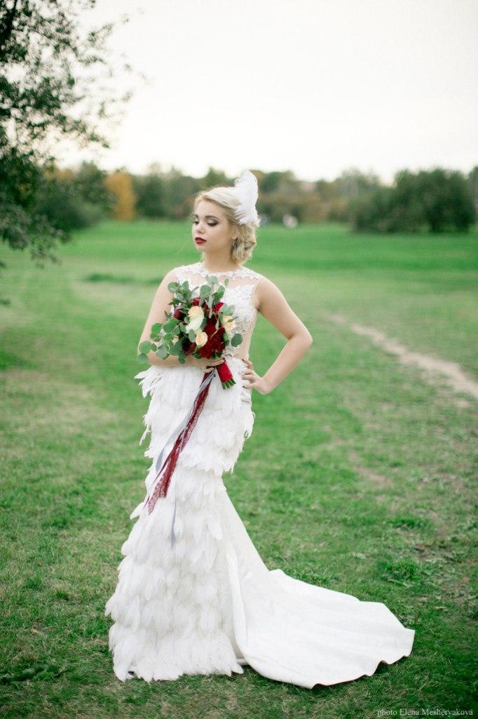 Платье с перьями для образа невесты