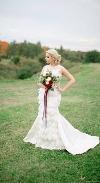Фотосессия в парке в платье с перьями