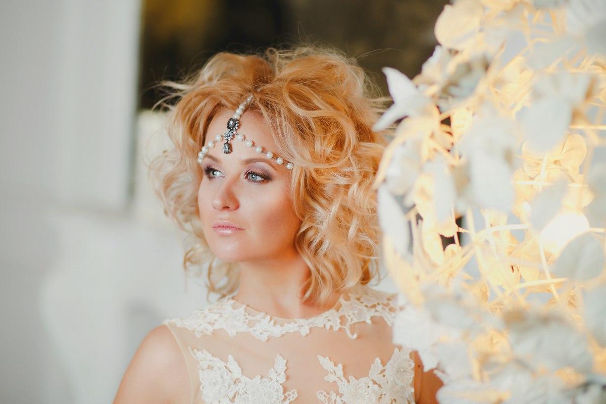 Платье задекорированное белоснежными перьями