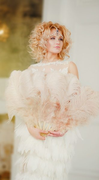 Стильная фотосессия девушки в платье с перьями