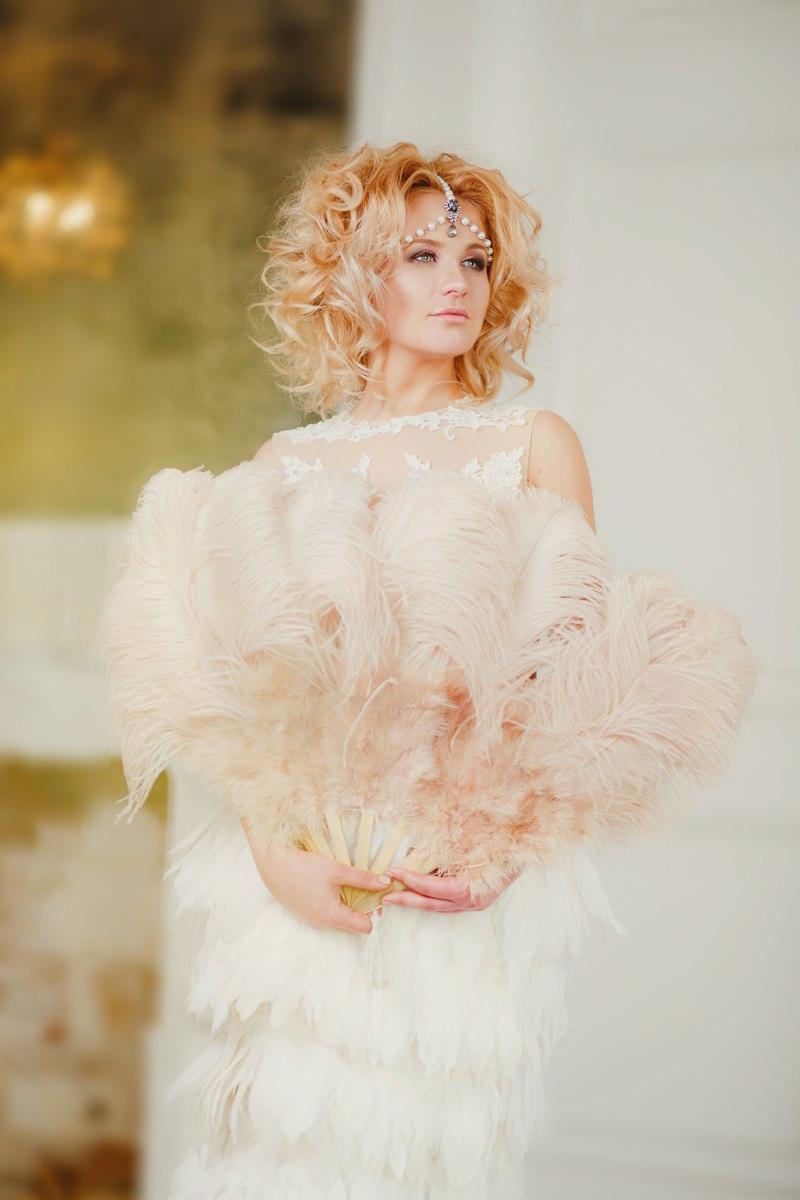 Платье с перьями для фото