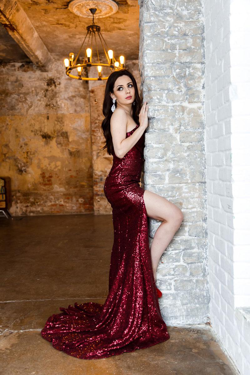 Вечернее красное платье со шлейфом для уверенных в себе девушек