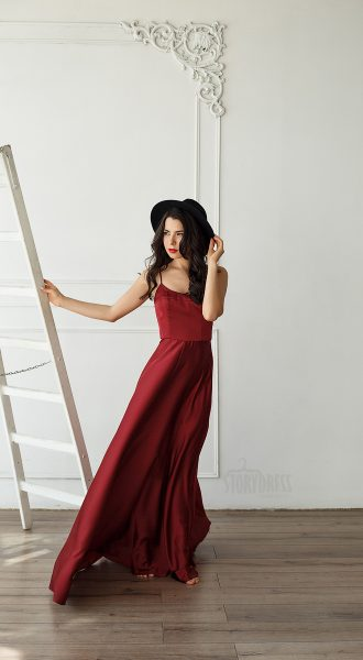 Элегантный образ в вечернем кленово-красном платье