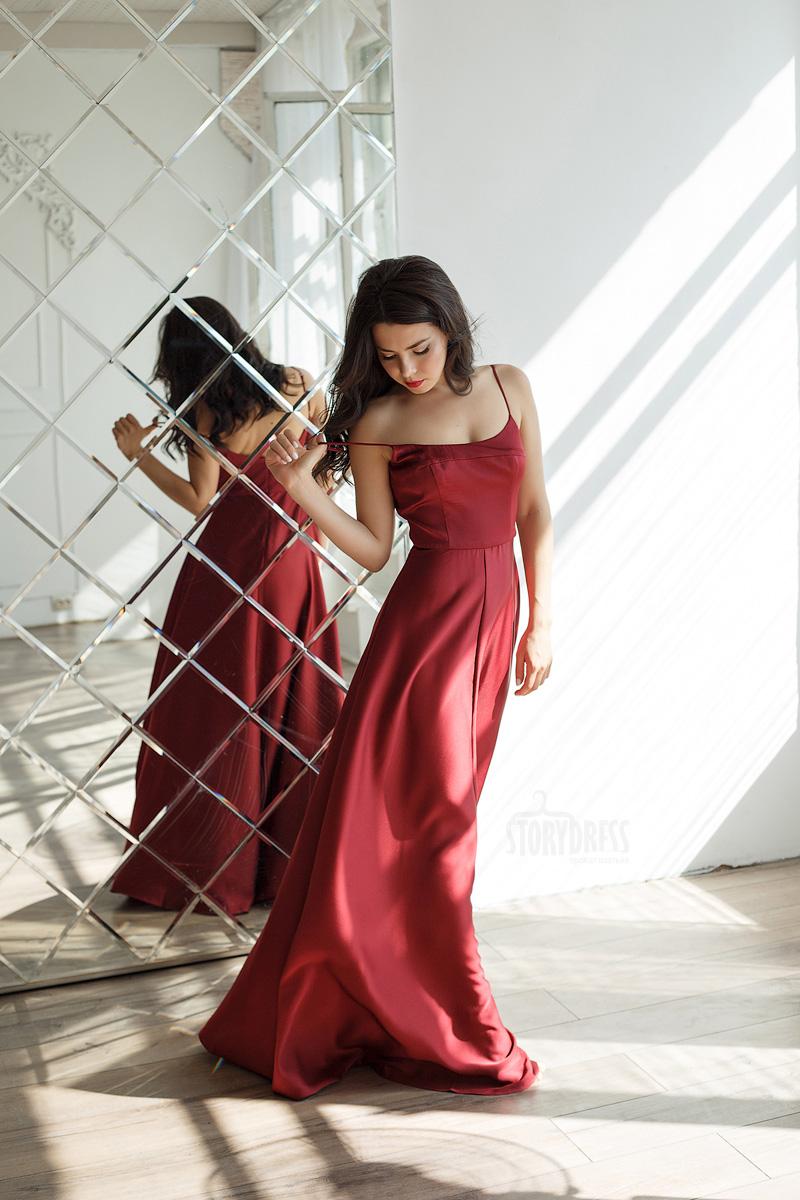Вечернее платье из эффектной ткани сложного красного оттенка