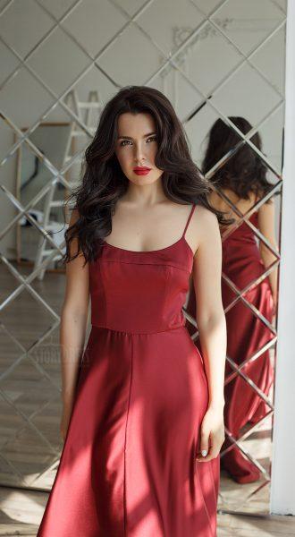 Красное вечернее платье на бретельках