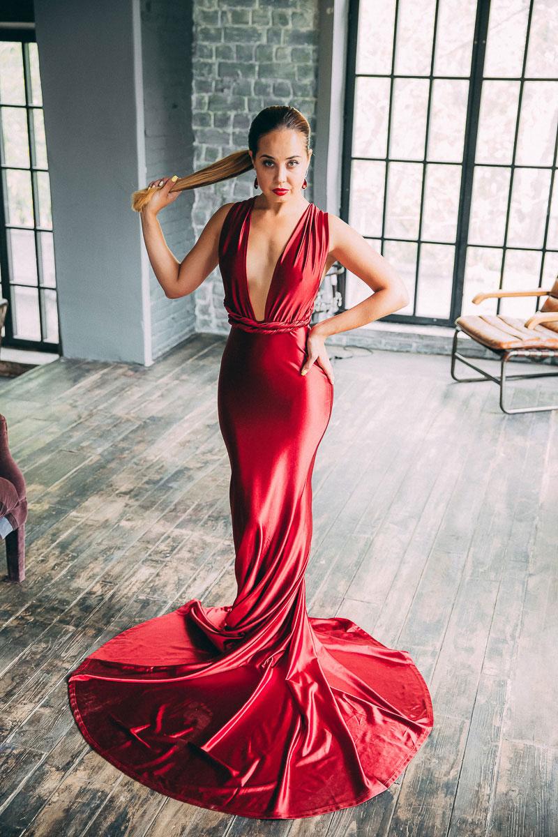 Ярко-красное платье в пол