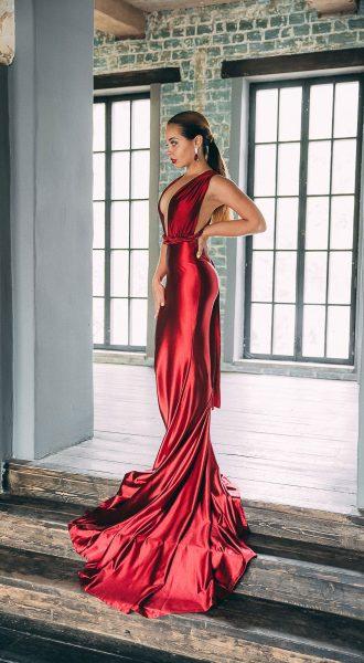 Фотосессия в переливающемся ярко-красном платье