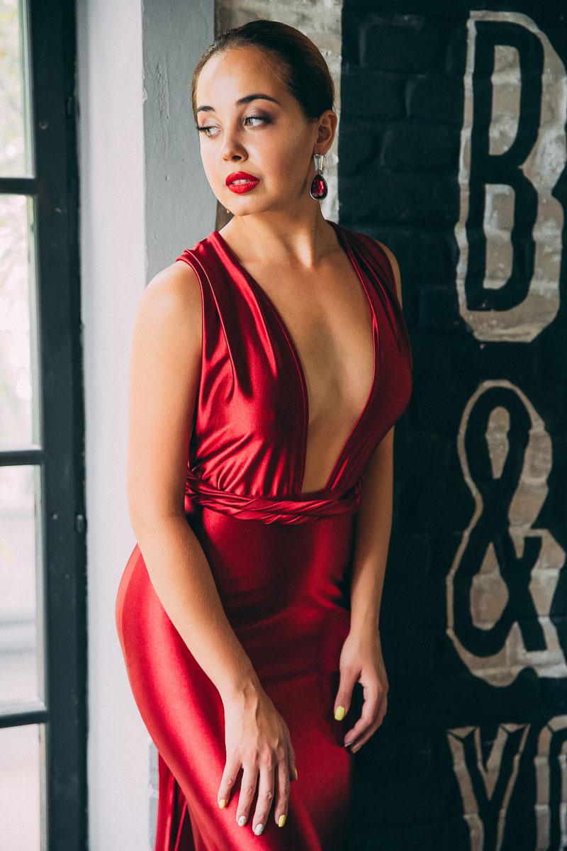 Рубиново-красное платье с глубоким декольте