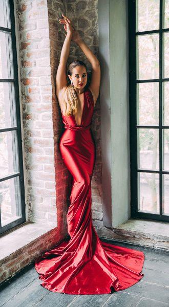 Вызывающе красное платье-трансформер со шлейфом