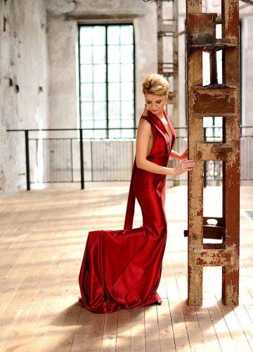 Ярко-красное платье напрокат