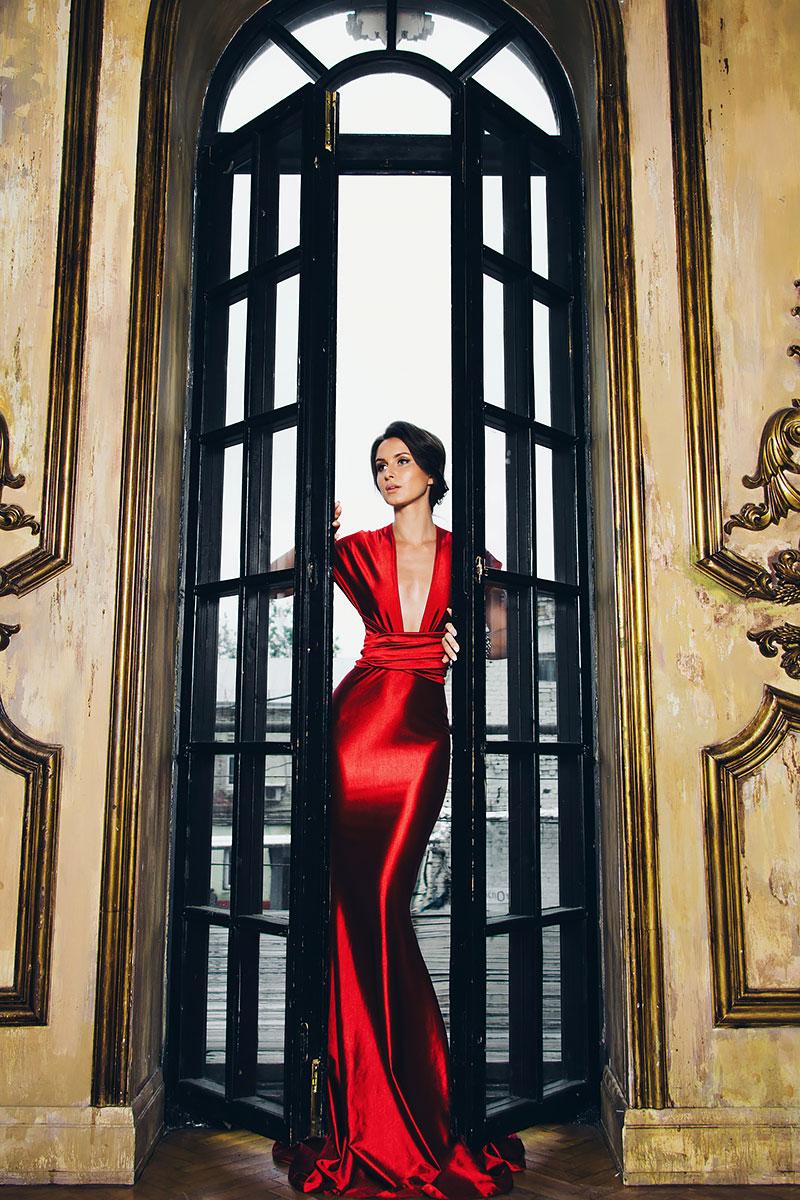 Ярко-красное платье