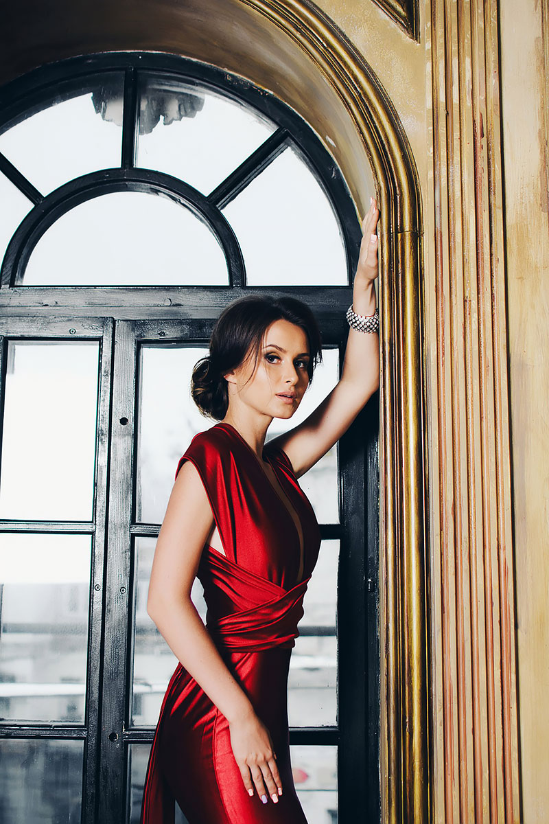 Богемный образ роковой красавицы в красном платье