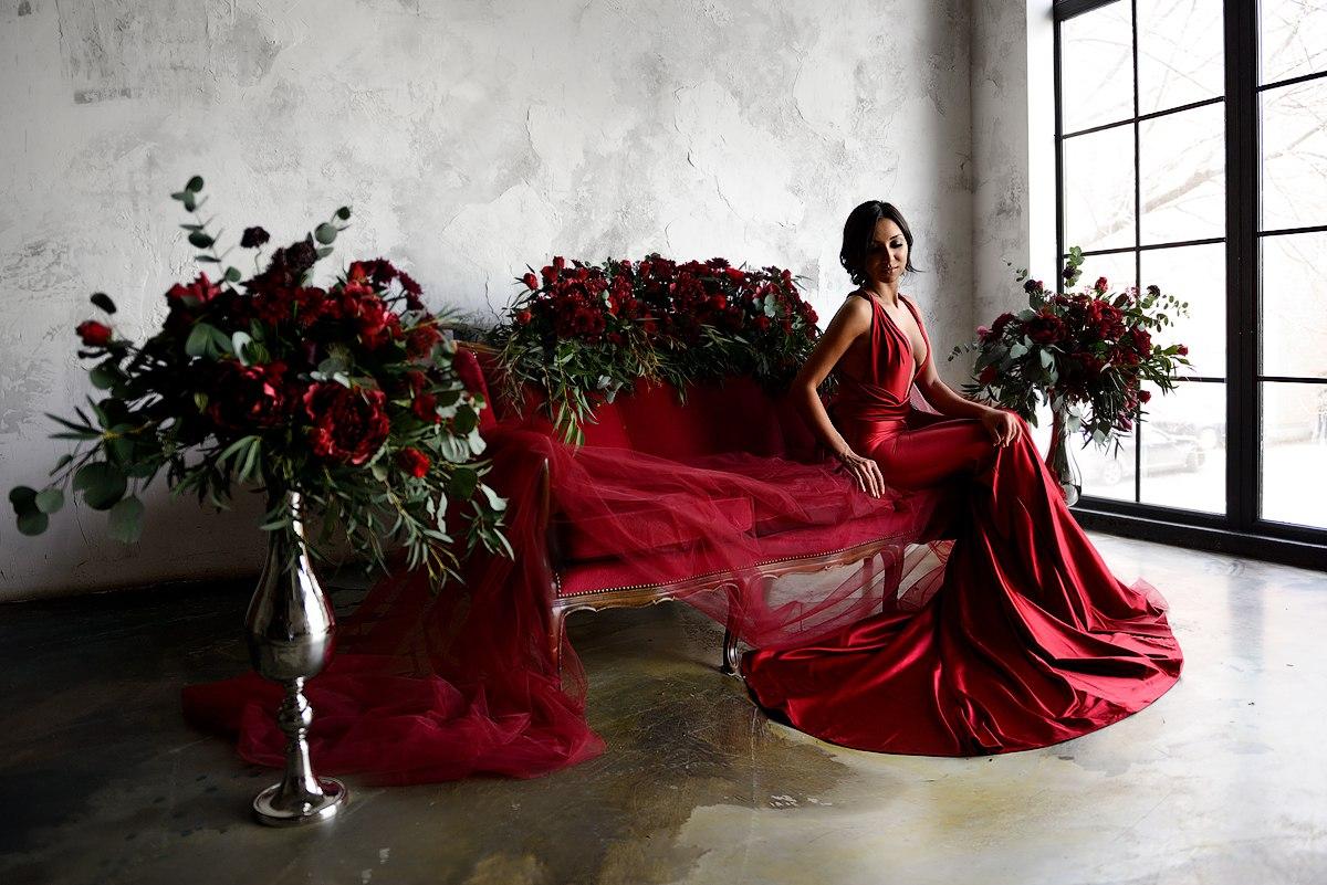 Фотосессия в платье цвета жгучего перца
