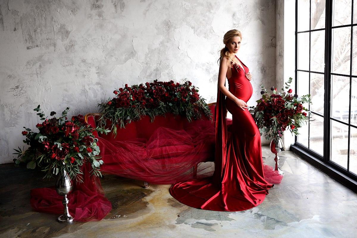 Фотосессия беременности с красными цветами