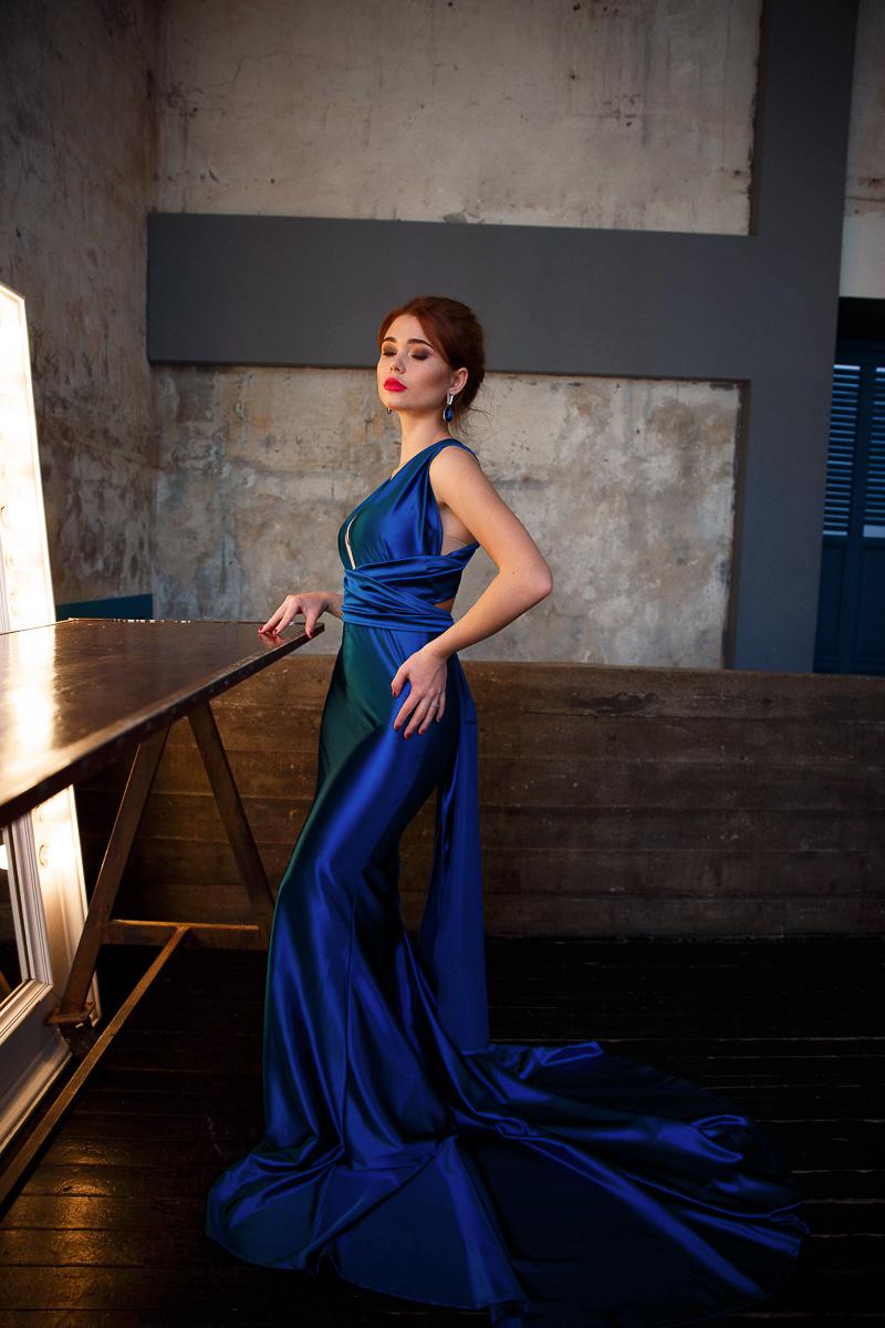 Эпатажное платье-трансформер ярко-синего цвета