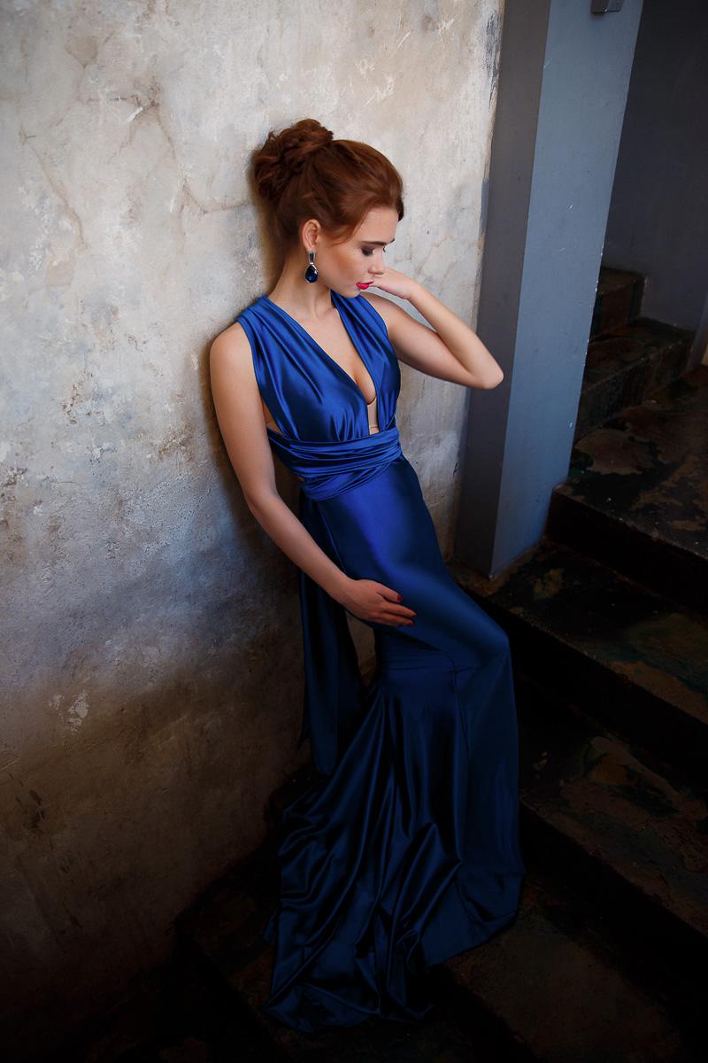 Открытое синее платье для чувственного и раскованного образа
