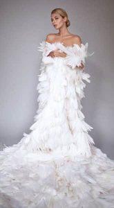 Накидка из перьев со шлейфом