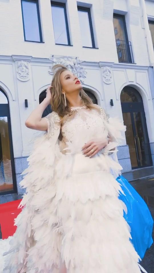 Алла Михеева в платье с перьями