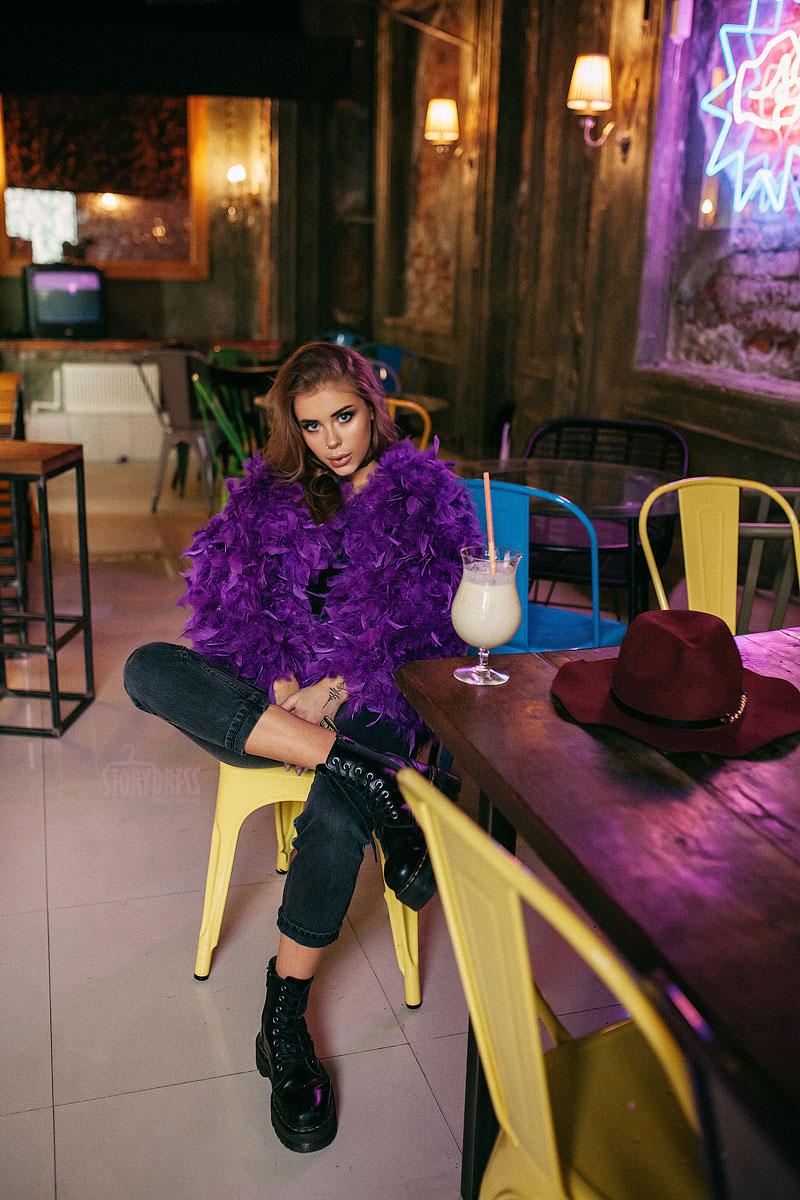 Красивая шубка из перьев фиолетового цвета