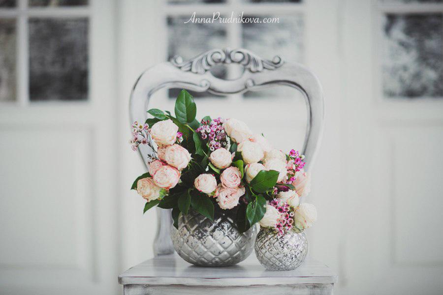 Серебряные вазы с цветами на стуле для фотосессий