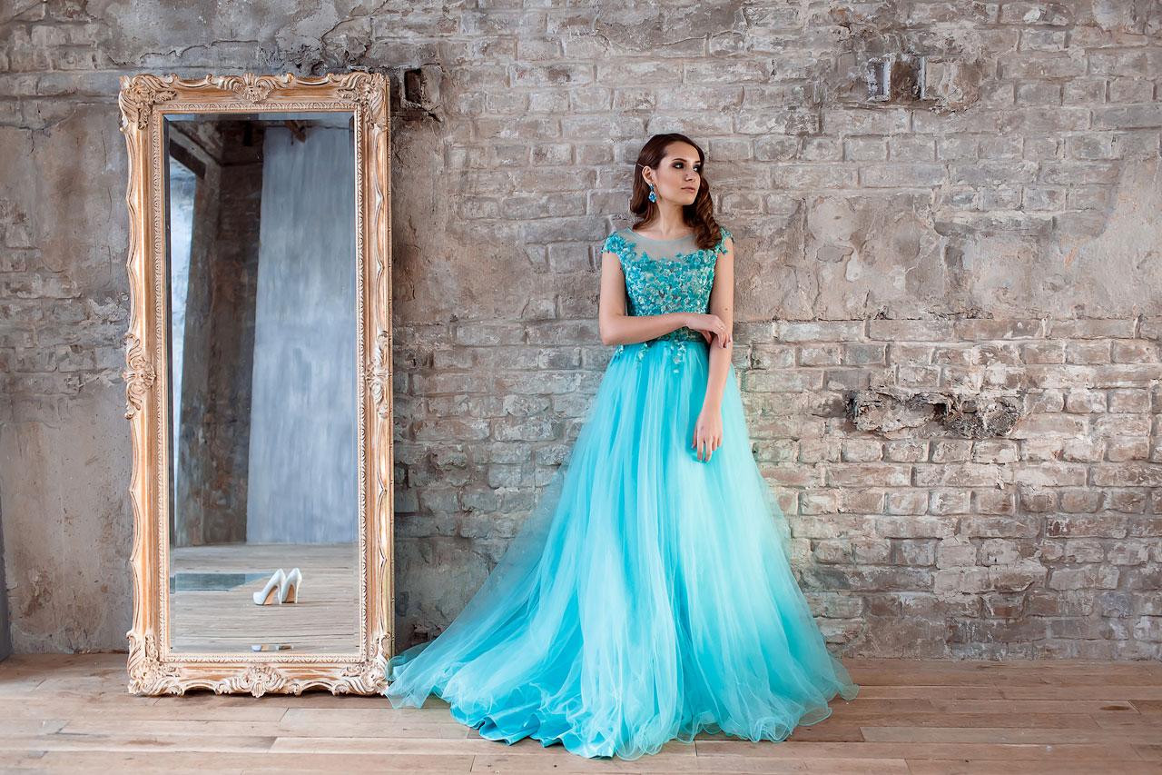 Нежная красавица в платье цвета бирюзы