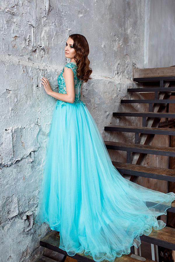 Бирюзовое платье с небольшим шлейфом