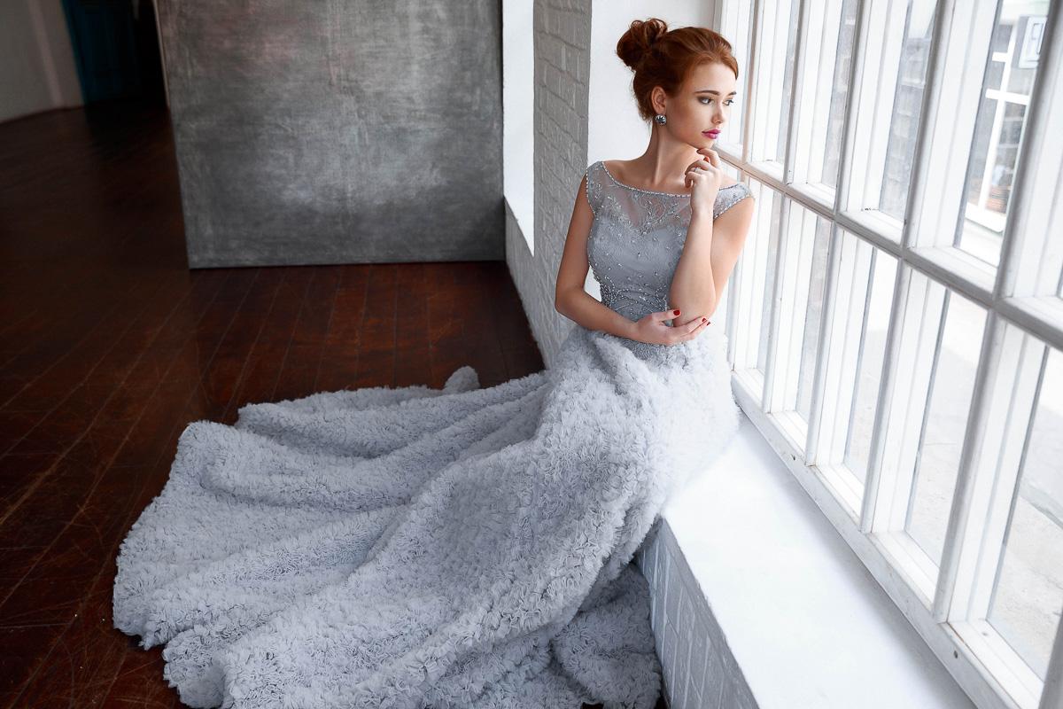 Экстравагантное платье нежно-серого цвета
