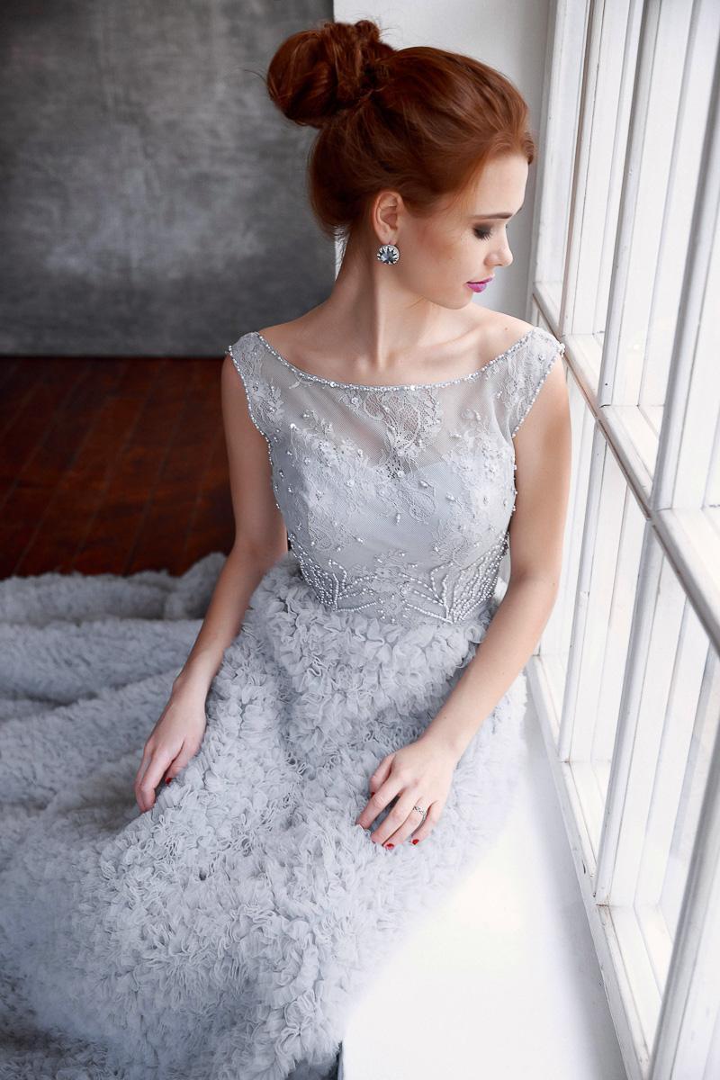 Платье серовато-серебристого тона
