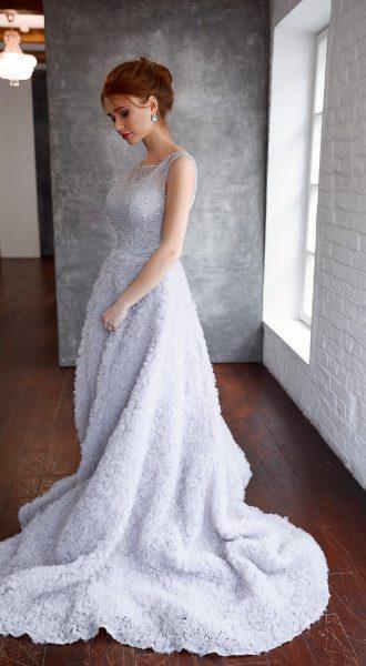 Платье с облегающим лифом из кружева вуали и бусин