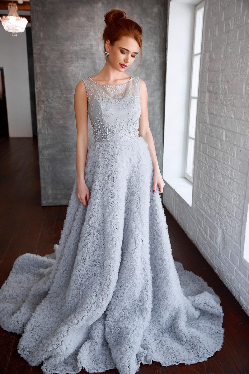 Платье с уникальной дизайнерской юбкой и длинным шлейфом