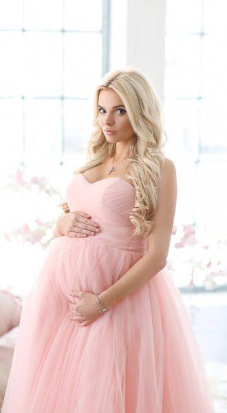 Пышное платье розового оттенка для фото беременных