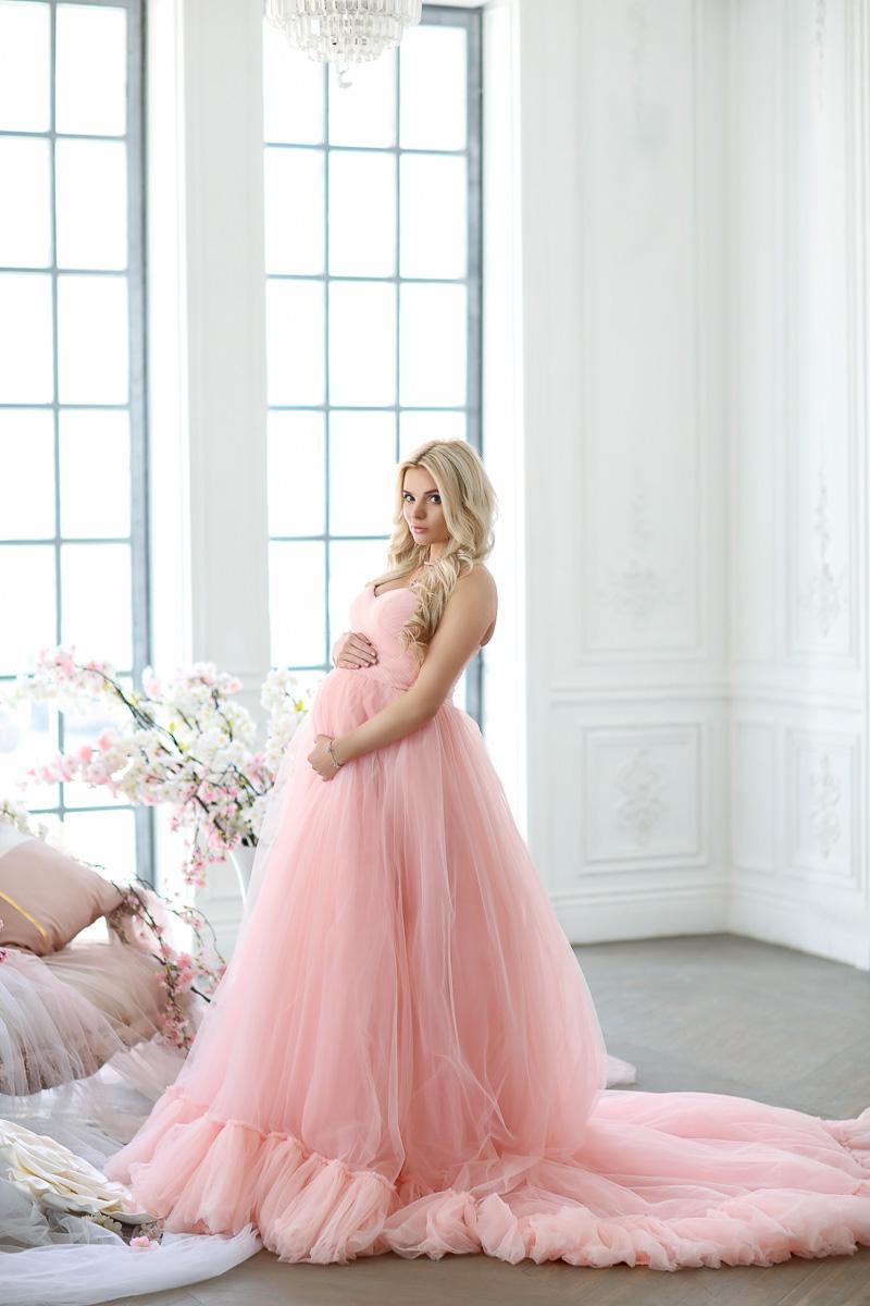 Нежно-розовое пышное платье для будущей мамы